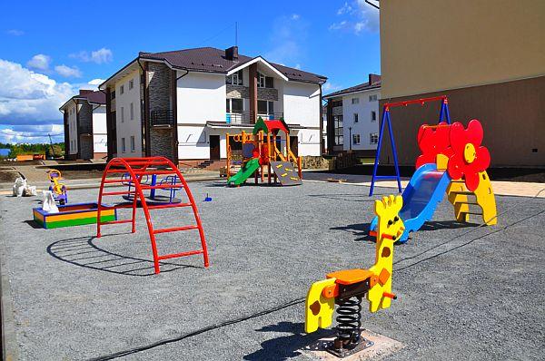 Фото детской площадки рядом с таунхаусами, Ключ-Камышенское плато, ул.Родниковая