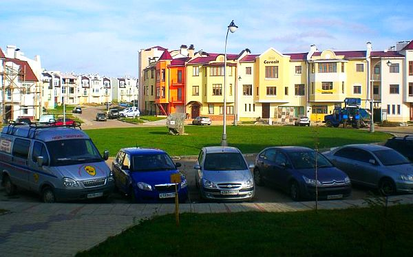 Таунхаусы в Подмосковье — плотная загородная застройка, забитые машинами парковки