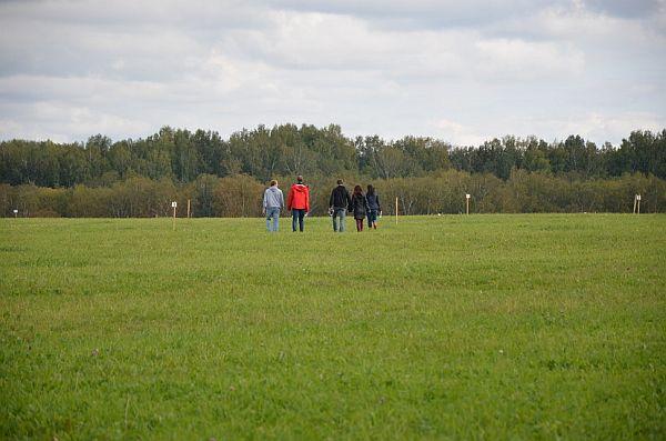 Гости первой презентации коттеджного посёлка CLEVER осматривают земельные участки. Сентябрь 2015