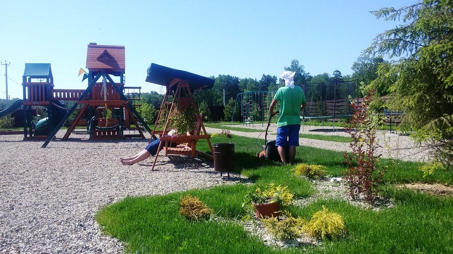 «Лаки Парк» располагается в 30 км от площади Калинина. Это, как говорят специалисты по малоэтажке, классический загород. Никто не обещает детских садов, не агитирует продавать квартиры, использовать субсидии и кредиты, а только лес, речка-озеро и весь налаженный быт для загородного отдыха.